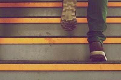 階段があるとき業者に頼むには?人を増やせばOK?