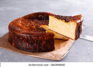 バスクチーズケーキとベイクドチーズケーキの違いは?